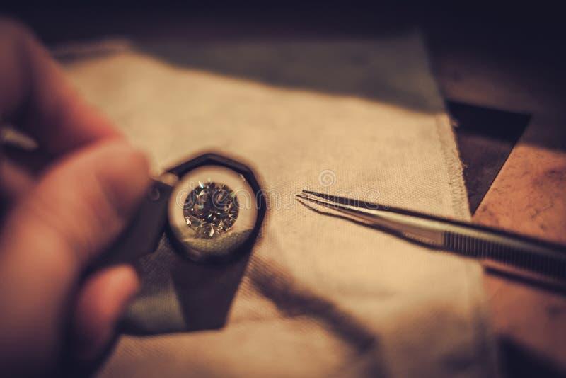 珠宝商在珠宝的评估时 库存照片