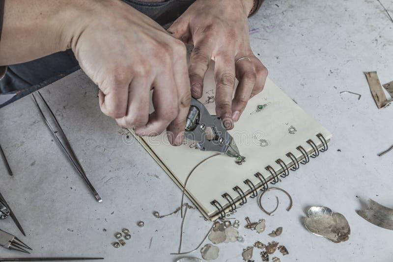珠宝商的手 免版税库存照片