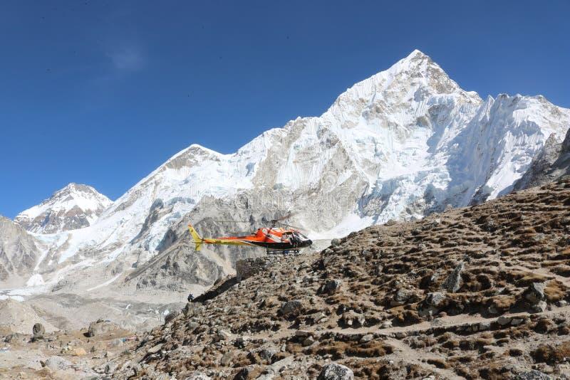 珠峰吸引许多登山人,有些高度有经验的登山家 免版税库存图片