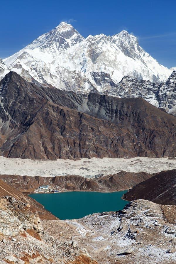 珠穆朗玛峰、洛子峰,Ngozumba冰川和Gokyo 库存照片