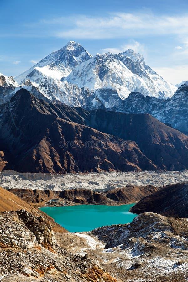 珠穆朗玛峰、洛子峰,Ngozumba冰川和Gokyo 免版税图库摄影