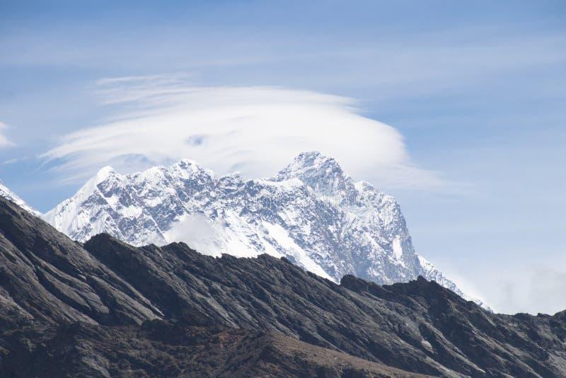 珠穆朗玛峰风景看法8,848 m和洛子峰在gokyo ri山峰的8,516 m在珠穆琅玛营地期间的gokyo湖附近 库存图片