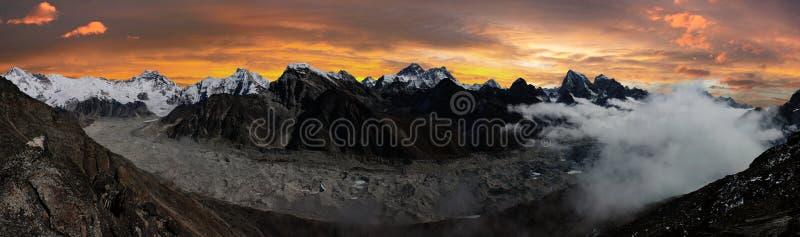 珠穆琅玛、Lhotse、Cho Oyu和Ngozumba冰川 免版税库存照片