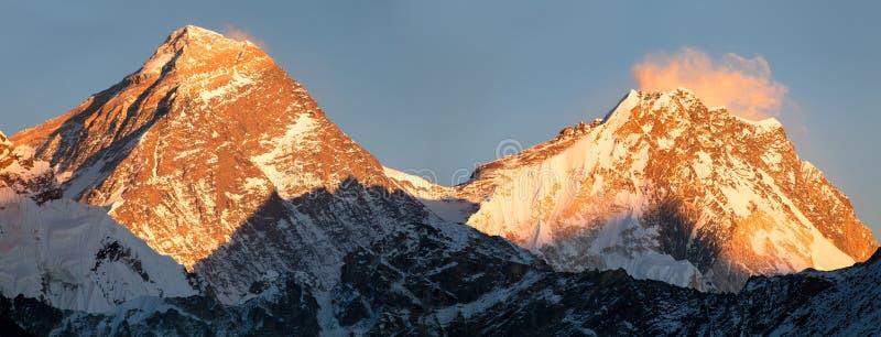 珠穆琅玛和洛子峰全景从Gokyo谷 免版税图库摄影
