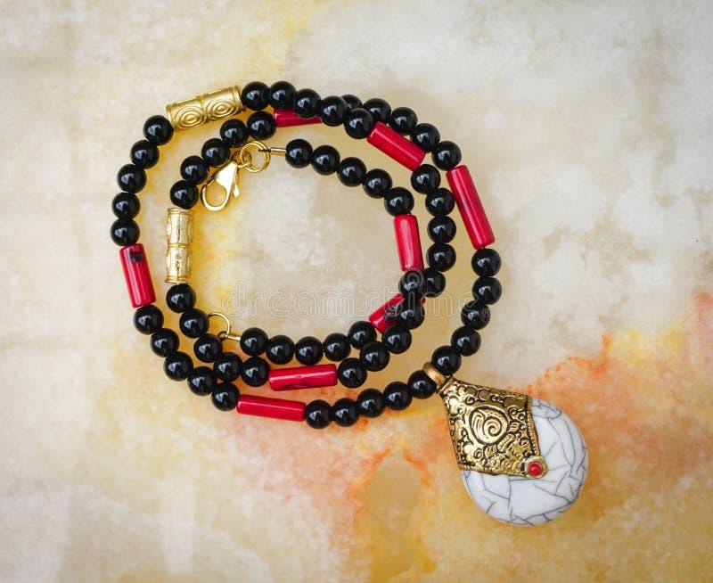 珠饰细工用石华、珊瑚和珊瑚做的首饰项链 免版税库存照片