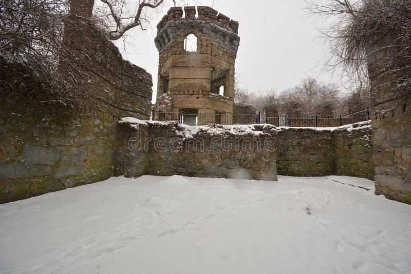 班克罗夫特城堡保持的墙壁和塔在顶部的在雪风暴的小山 免版税库存图片