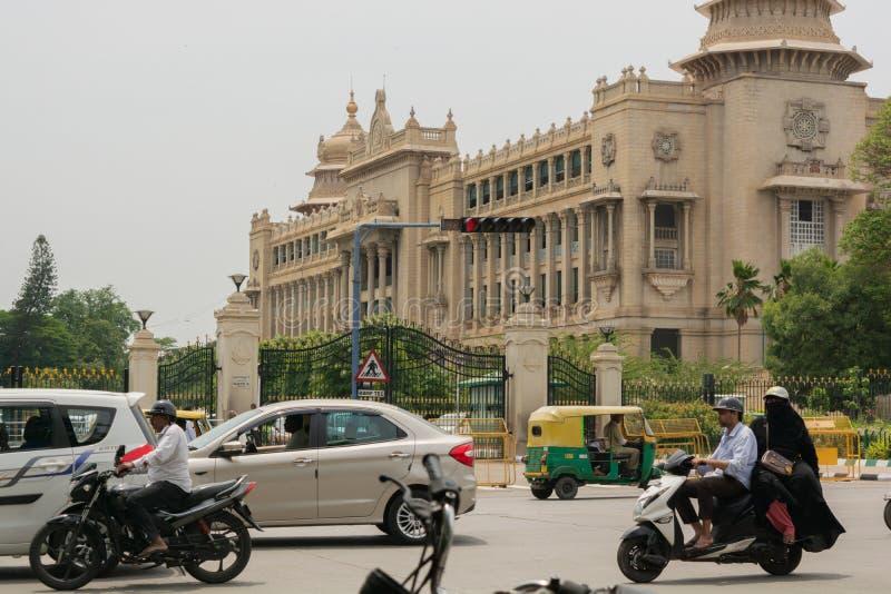 班加罗尔,卡纳塔克邦印度6月04日2019年:在Vidhana Soudha Bengalore附近的移动交通 免版税库存照片