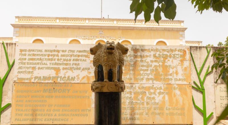 班加罗尔,卡纳塔克邦印度6月04日2019年:印度的状态象征在班加罗尔中央监狱前面的卡纳塔克邦的,印度 库存照片