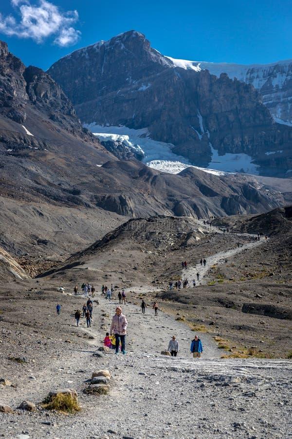 班夫国家公园,加拿大-前第15 2017年-走到萨斯喀彻温省冰川的游人和本机在夏天期间在禁令 免版税库存图片