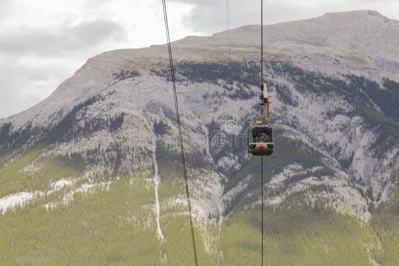 班夫,加拿大- 2015年6月13日班夫硫磺山 在罗基斯山的长平底船 免版税库存照片