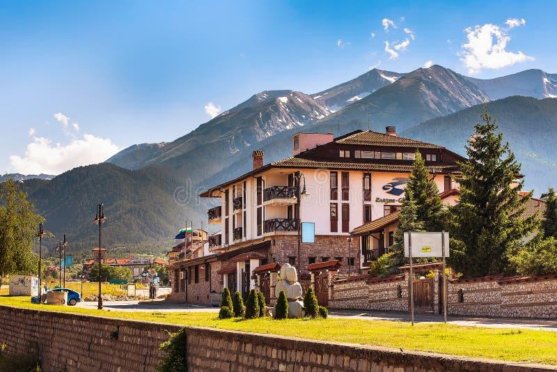 班斯科,保加利亚视图在与旅馆、河和山的夏天 库存照片