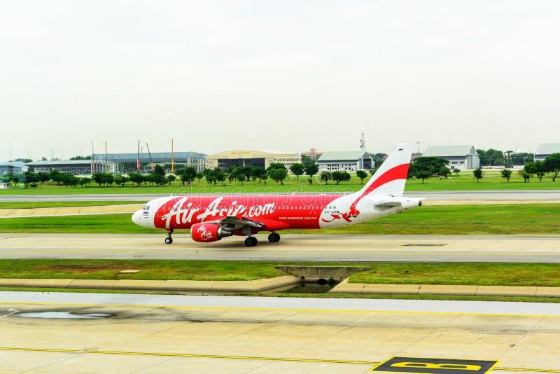 班机亚洲航空空中客车A320着陆在唐mueang机场,曼谷 库存图片