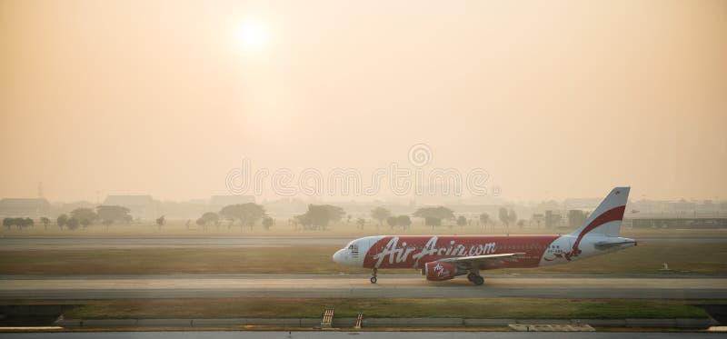 班机亚洲航空空中客车A320着陆在曼谷机场 免版税库存照片