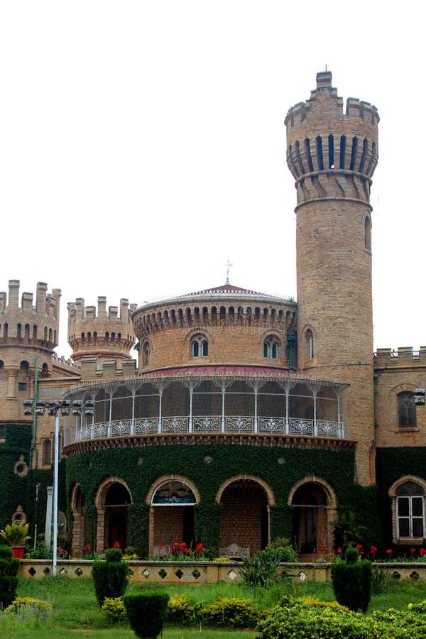 班格洛与美丽的庭院的宫殿视图城垛塔  免版税库存图片