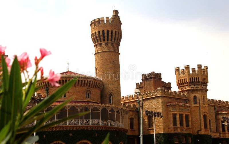 班格洛与美丽的庭院的宫殿视图城垛塔  库存照片