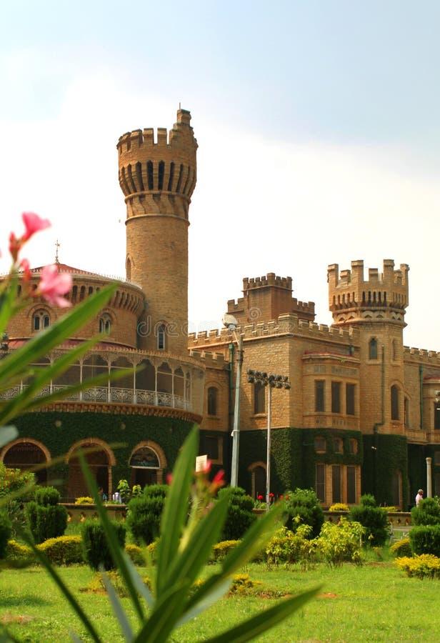 班格洛与美丽的庭院的宫殿视图城垛塔  库存图片