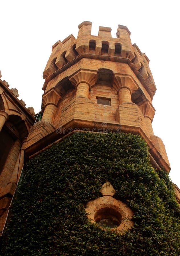班格洛宫殿的美丽的城垛有爬行物植物的 免版税图库摄影