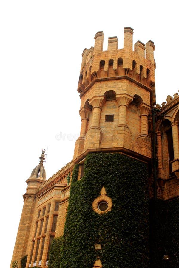 班格洛宫殿的美丽的城垛有爬行物植物的 免版税库存照片