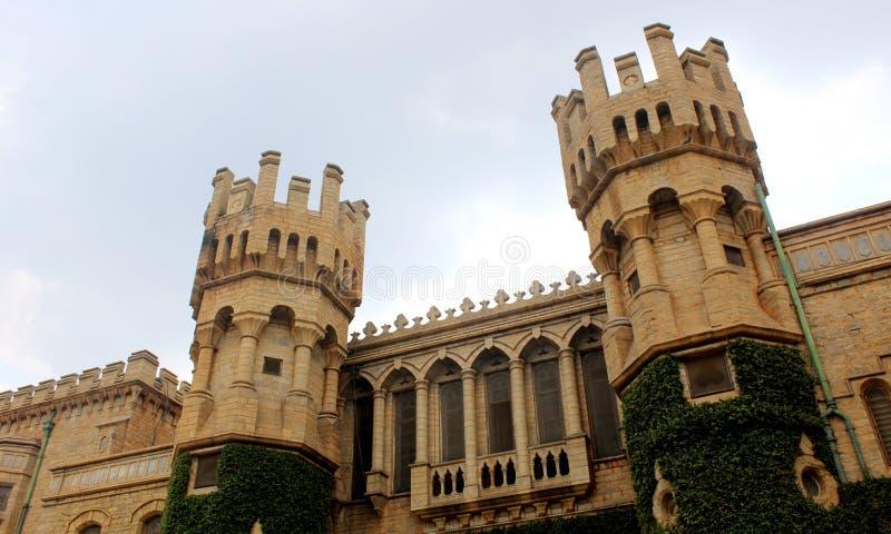 班格洛宫殿美丽的城垛塔有爬行物植物的 库存图片