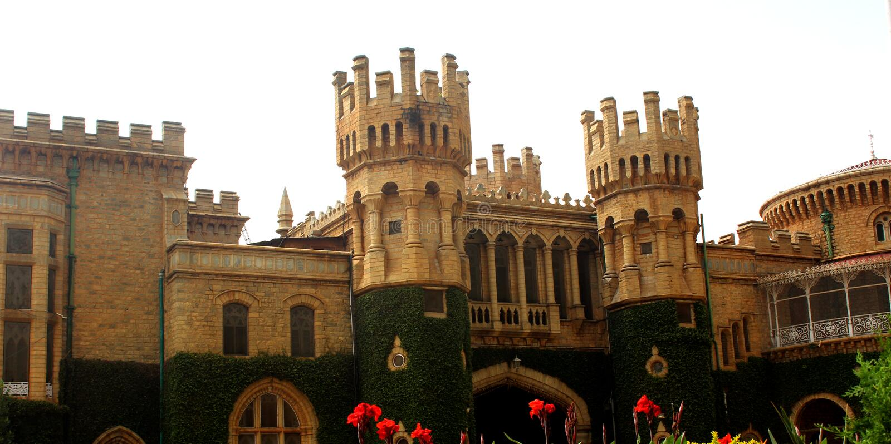 班格洛宫殿视图的美丽的城垛 免版税库存照片
