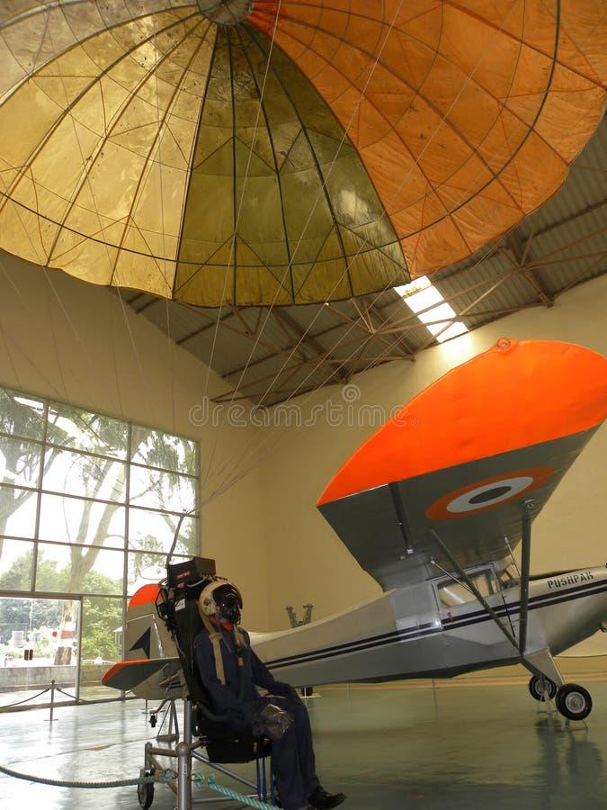 班格洛,卡纳塔克邦,印度-抛出航空器和打开降伞的2009 1月1日,显示钝汉 免版税库存照片