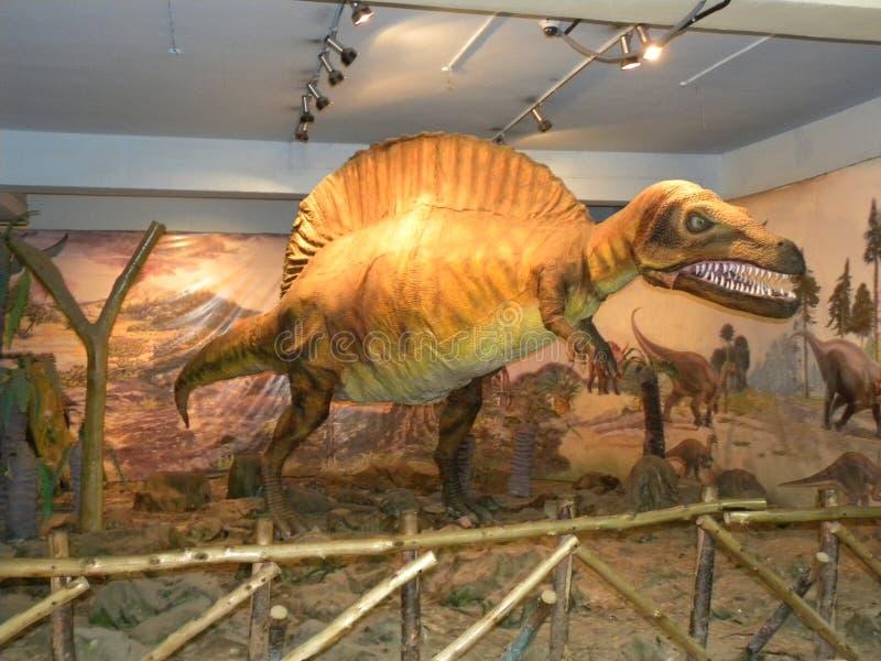 班格洛,卡纳塔克邦,印度- 2009 9月8日, Spinosaurus恐龙的桔子颜色雕象 库存照片