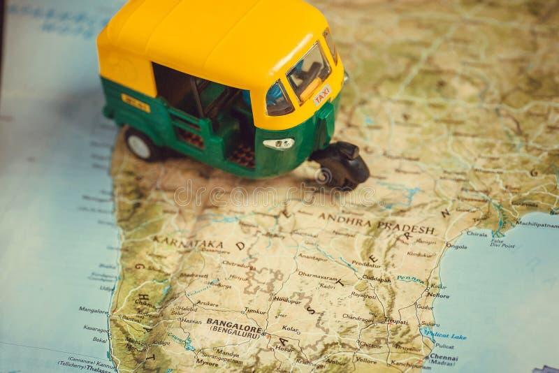 班格洛市和其他在印度与驾驶自动人力车车玩具模型的路线图  免版税库存图片