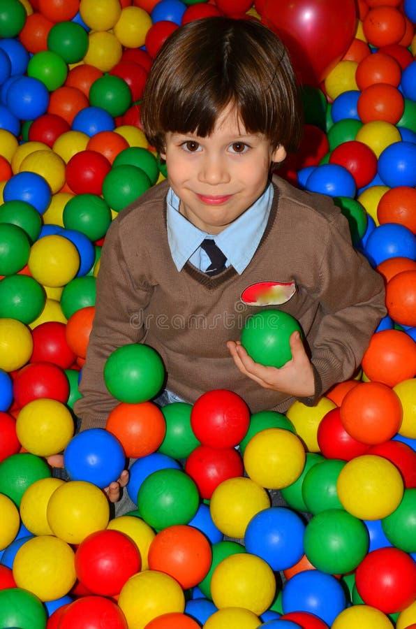 球五颜六色的愉快的孩子操场 库存图片