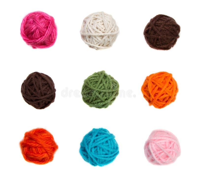球五颜六色的查出的纱线 免版税图库摄影