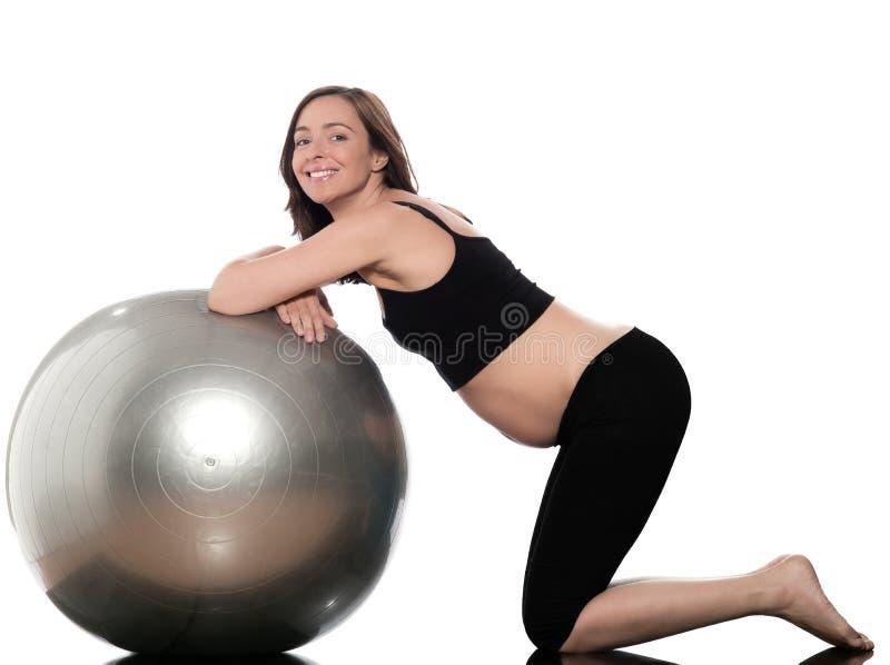 球健身怀孕的瑞士妇女 免版税库存图片