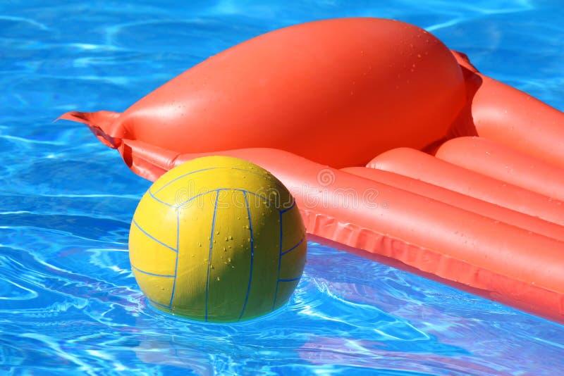 球可膨胀的床垫池 库存照片