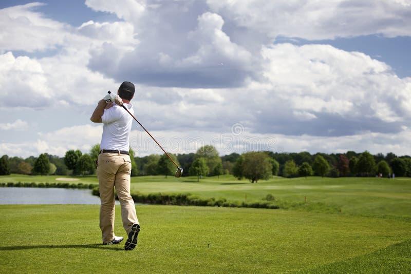 球员准备的高尔夫球 免版税库存图片