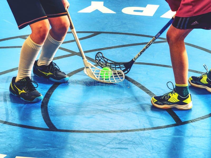 球员在恶霸区域 打在法院的人地板曲棍球 库存照片