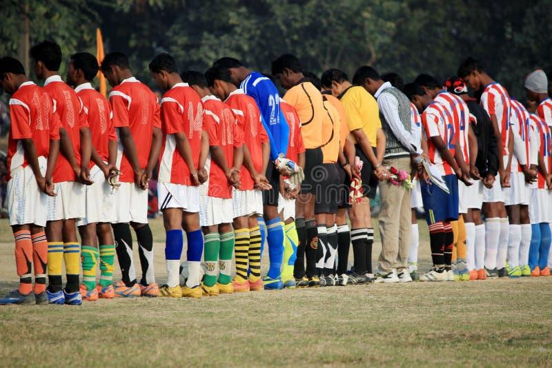 球员在比赛的起点的之前吊唁仪式参与 库存照片