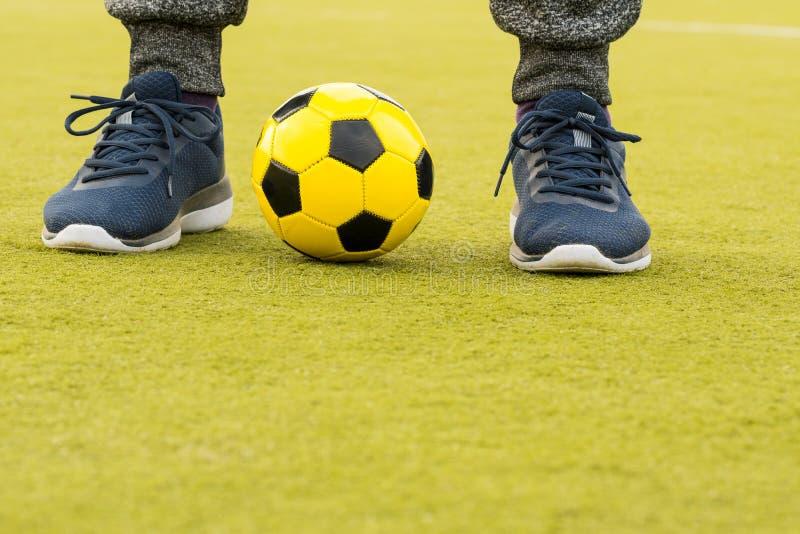球员的脚有球的 免版税库存照片