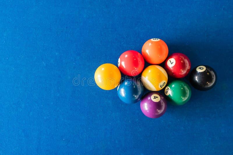 9球在蓝色的机架位置安置的水池球金刚石形状感觉桌 免版税库存照片