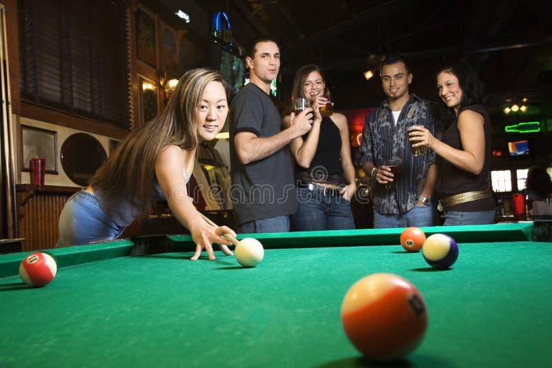 球女性准备对年轻人的命中池 免版税库存图片