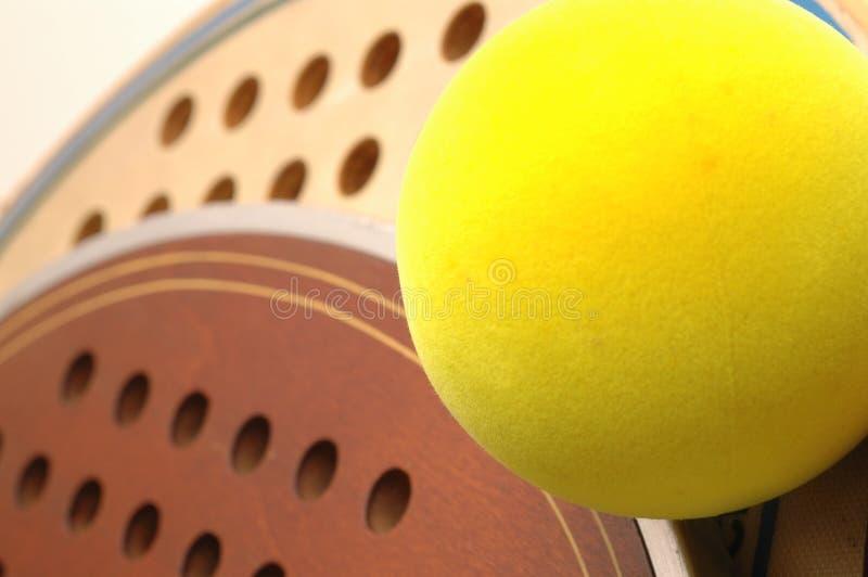 球宏指令用浆划平台网球 免版税库存照片