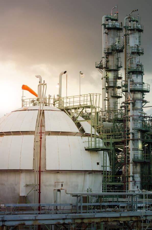 球形在石油化工厂和专栏的储气耸立  免版税库存照片