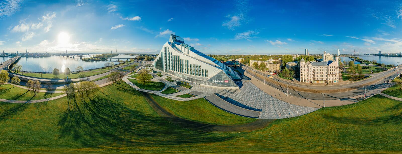 球形行星 桥梁和图书馆在里加市,拉脱维亚360 VR虚拟现实的,全景寄生虫图片 免版税库存图片