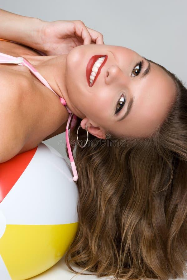 球愉快海滩的女孩 免版税库存照片