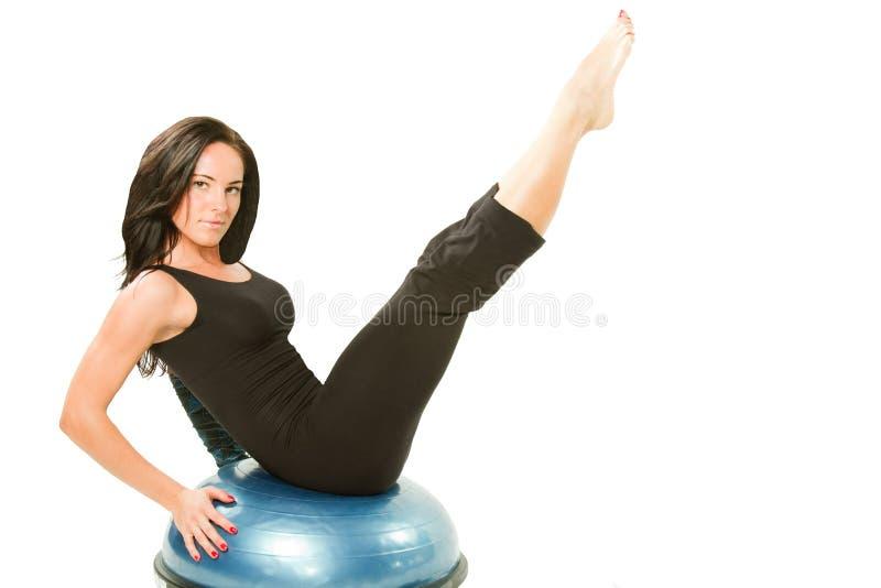 球执行健康实践的女子瑜伽 免版税图库摄影