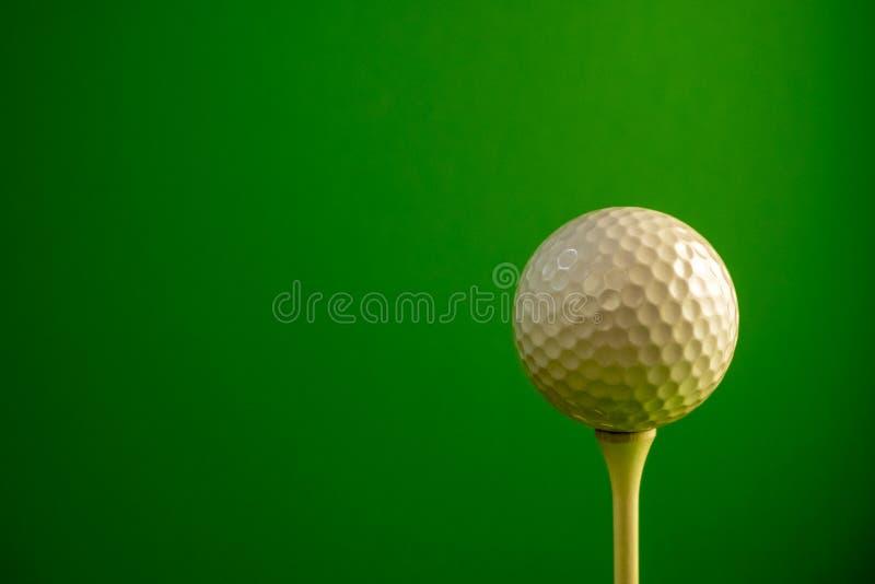 球接近的高尔夫球发球区域 绿色背景 复制空间 免版税库存照片