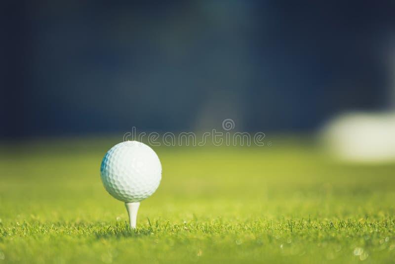 球接近的高尔夫球发球区域 E 库存图片