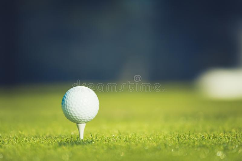 球接近的高尔夫球发球区域 E 图库摄影