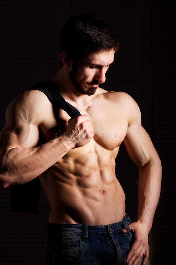 球概念健身pilates放松 有年轻的人的肌肉和性感的躯干与运动身体的完善的吸收、二头肌和胸口男性厚片 免版税库存图片