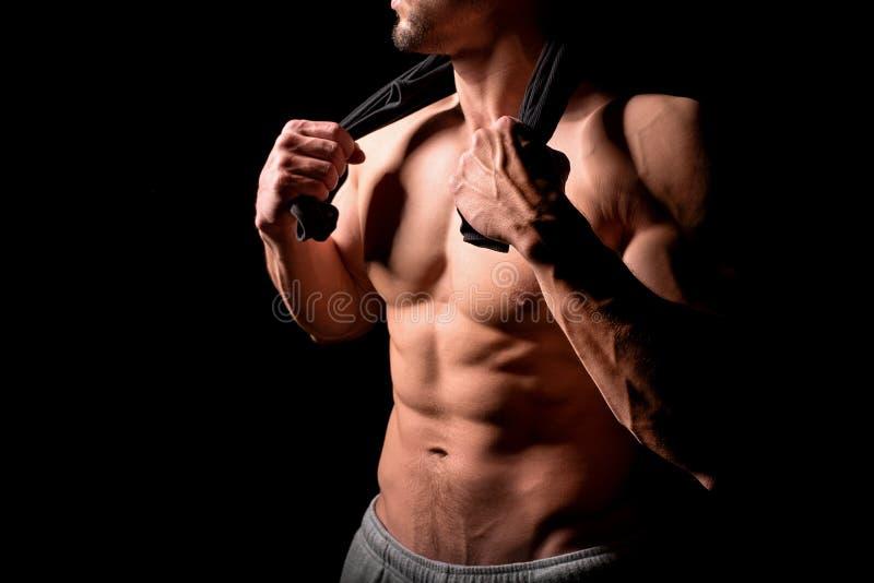 球概念健身pilates放松 有年轻的人的肌肉和性感的躯干与运动身体的完善的吸收、二头肌和胸口男性厚片 免版税库存照片