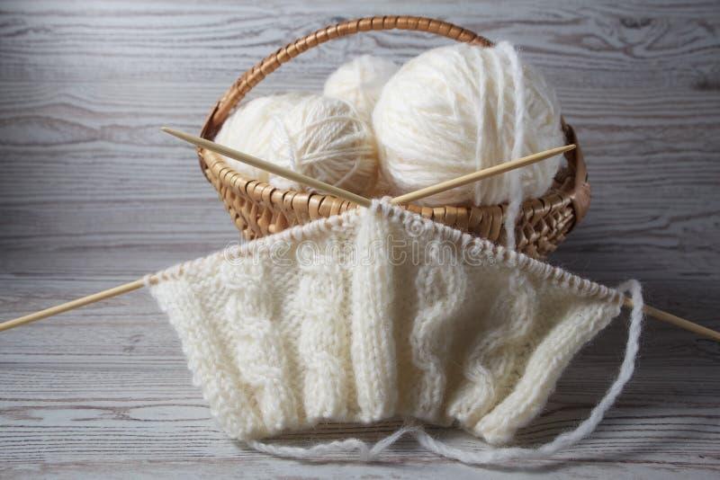 球毛线和编织在桌上 库存图片