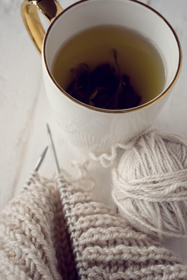 球毛线和编织在桌上 免版税图库摄影