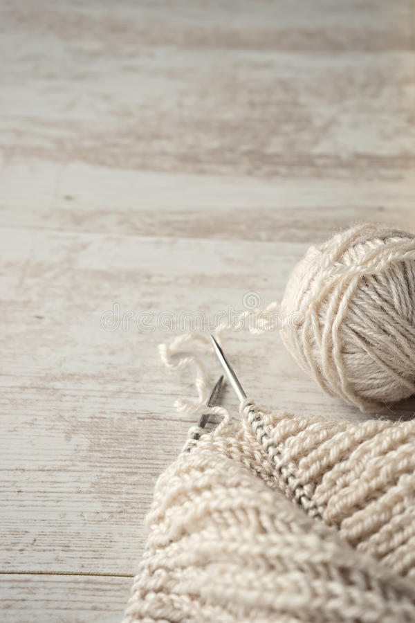 球毛线和编织在桌上 图库摄影